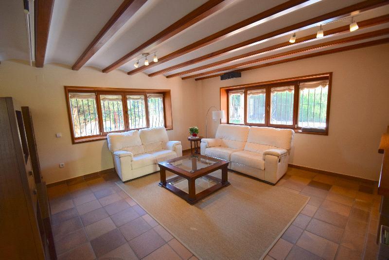 Chalet   Villa en venta en Albir, todo en una planta con jardín y piscina