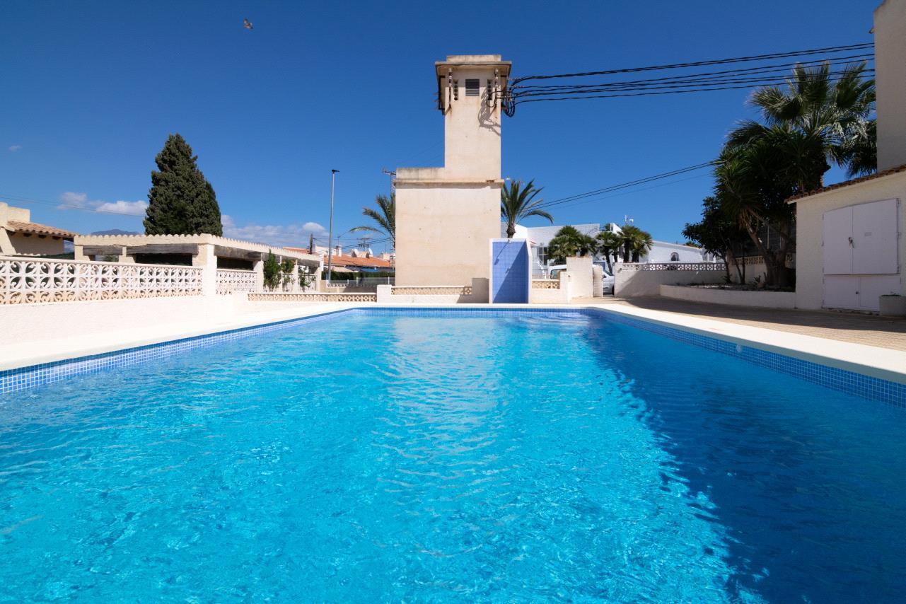 Apartamento en venta en Albir en urbanizacion con piscina
