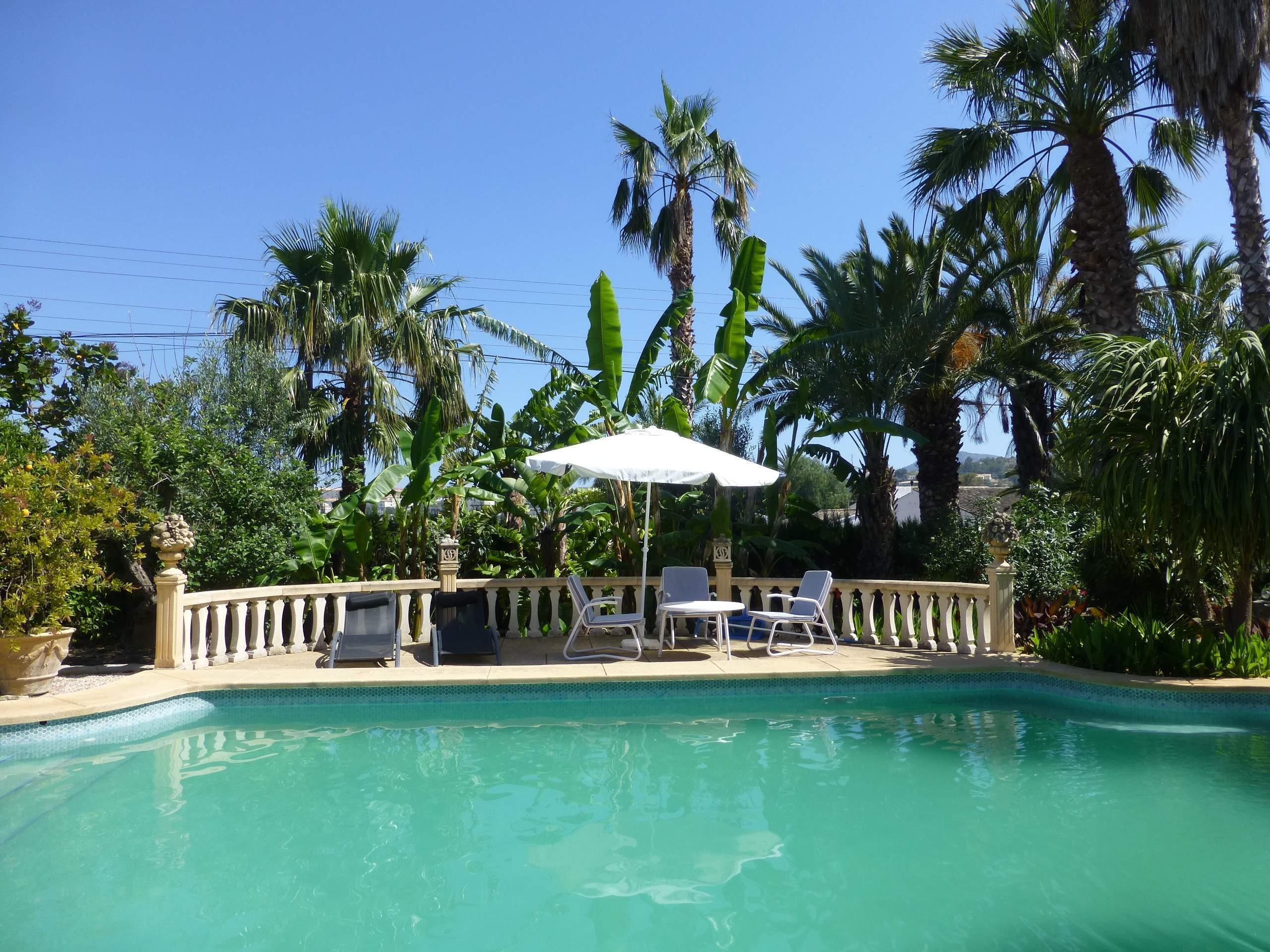Chalet   Villa en venta en Altea, con gran piscina y jardines