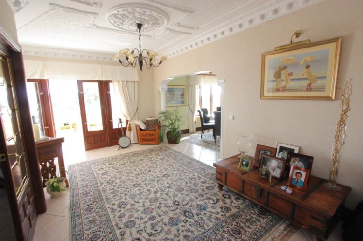 Chalet   Villa en venta en Alfas del Pi con vistas a mar.