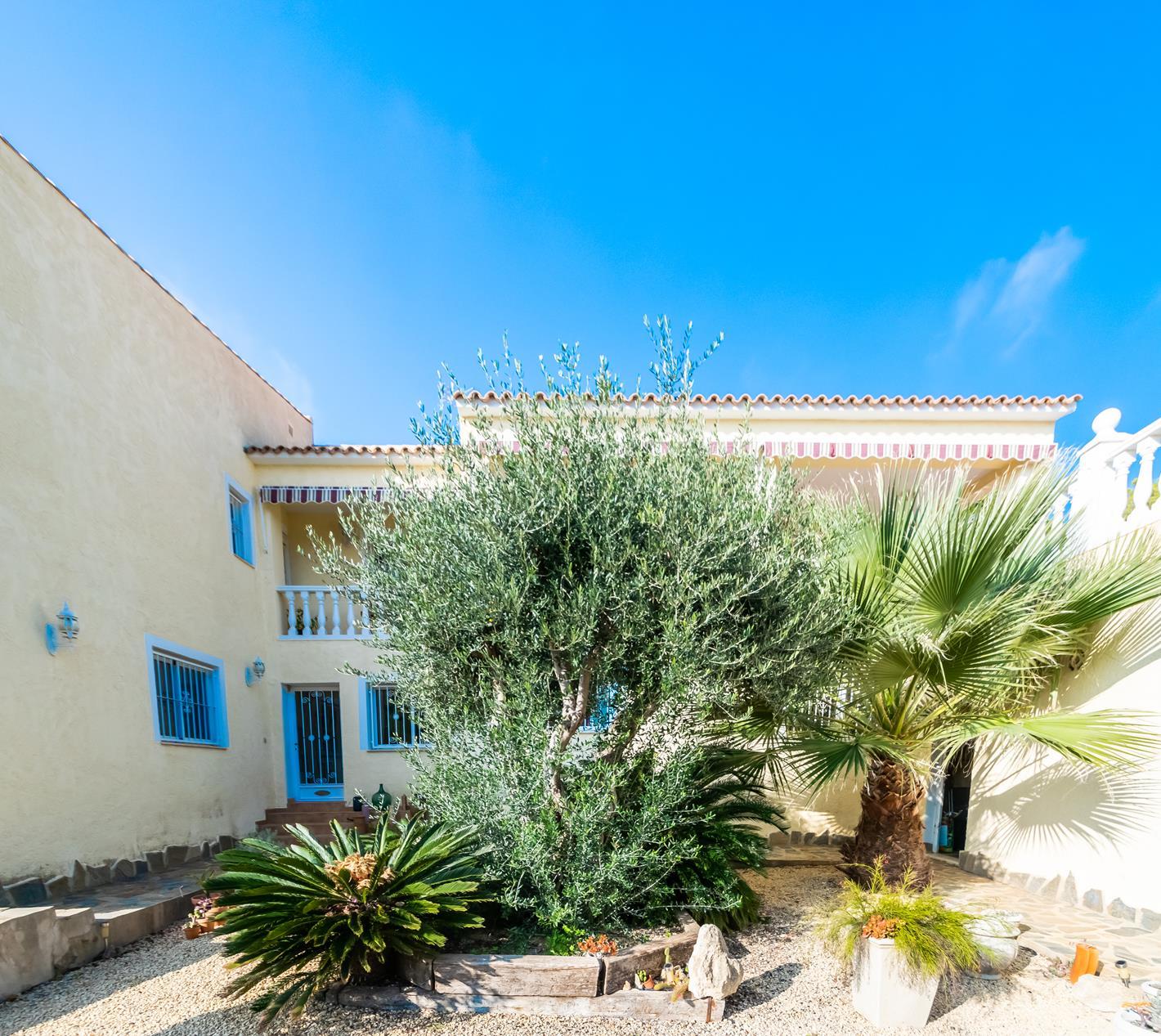 Chalet | Villa en venta en Alfas del Pi de estilo mediterraneo y piscina privada