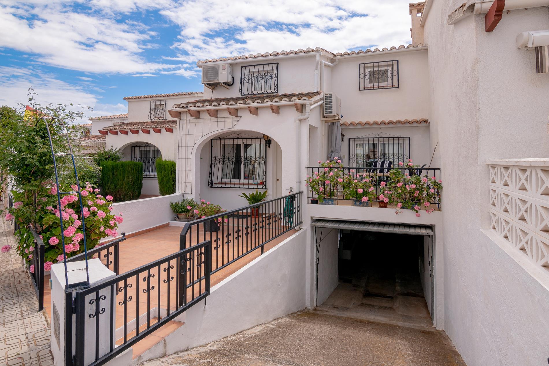 Bungalow en venta en Alfas del Pi, en urbanizacion con piscina