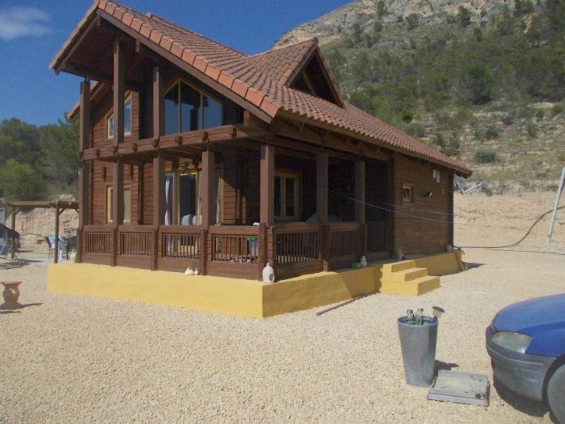 Chalet | Villa en venta en Relleu, Gran finca de 28.000m2 con una casa de madera