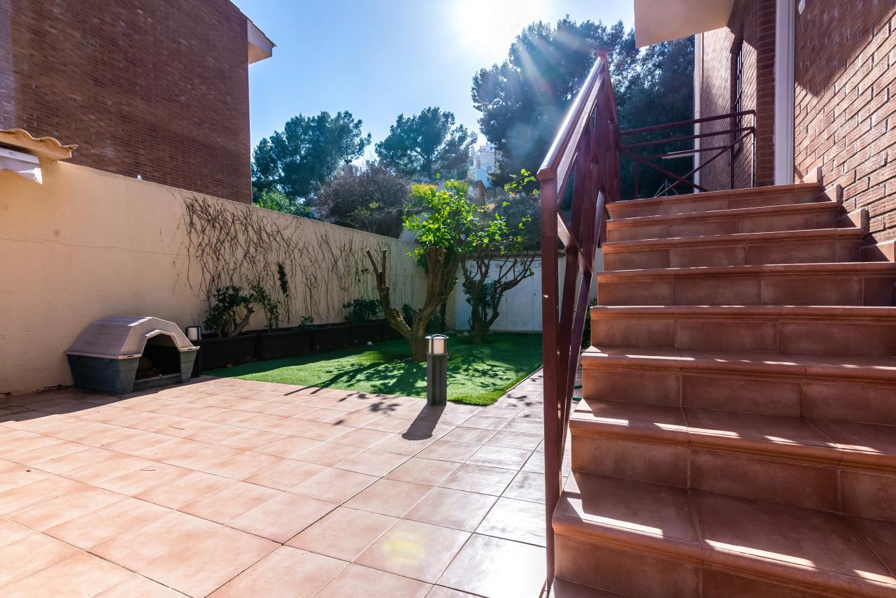 Chalet   Villa en venta en La Nucia con soleada terraza