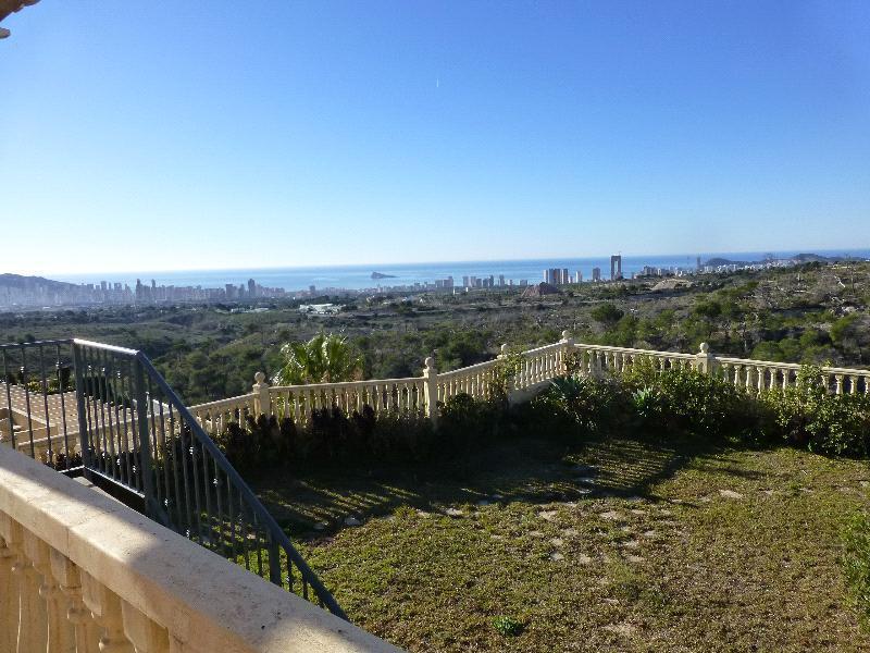 Chalet Pareado en venta en La Nucia, con maravillosas vistas a la bahía