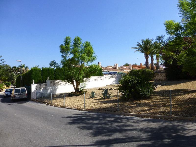 Bungalow en venta en La Nucía, con parcela de esquina