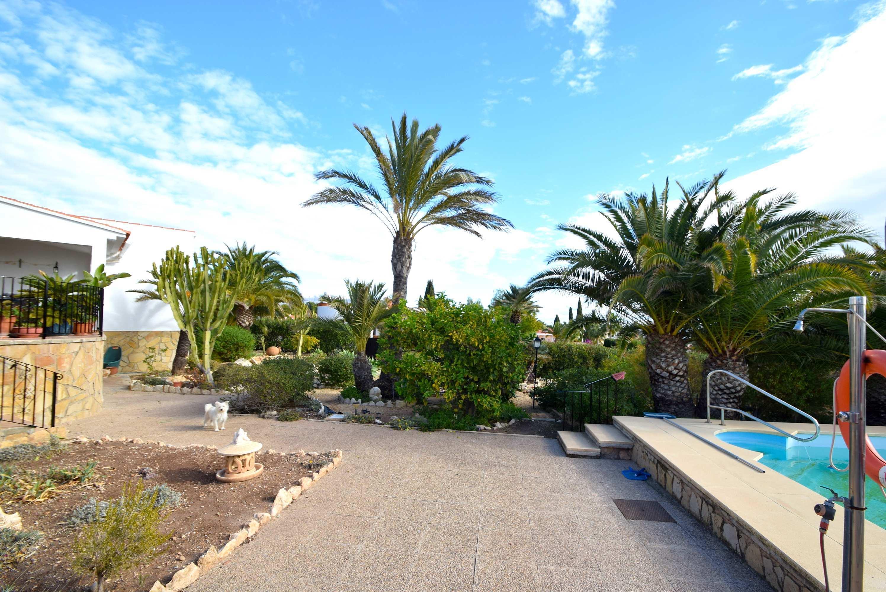 Amplio chalet con gran parcela y piscina privada en La Nucia