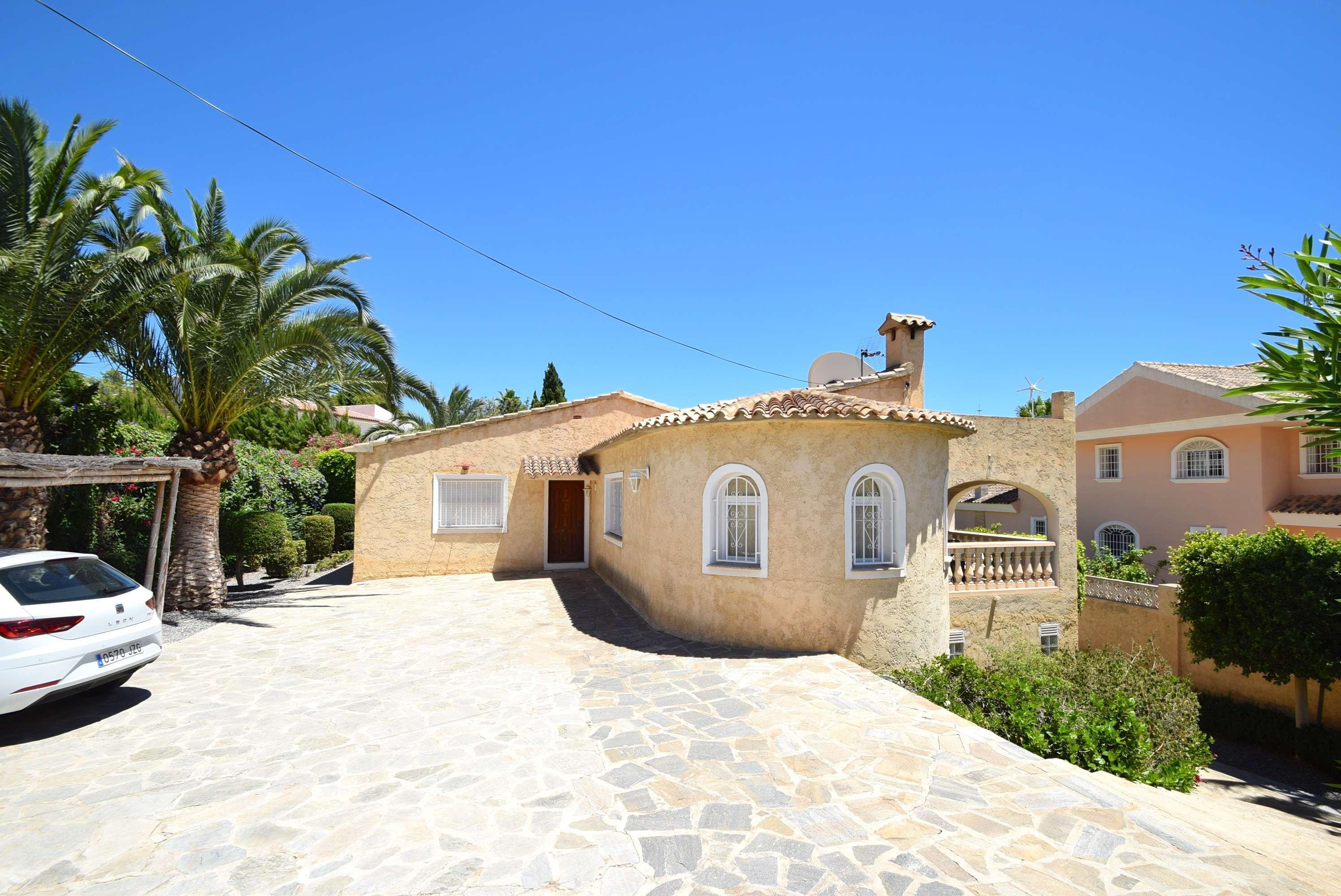 Chalet | Villa en venta en Alfas del Pi, con piscina y amplia parcela