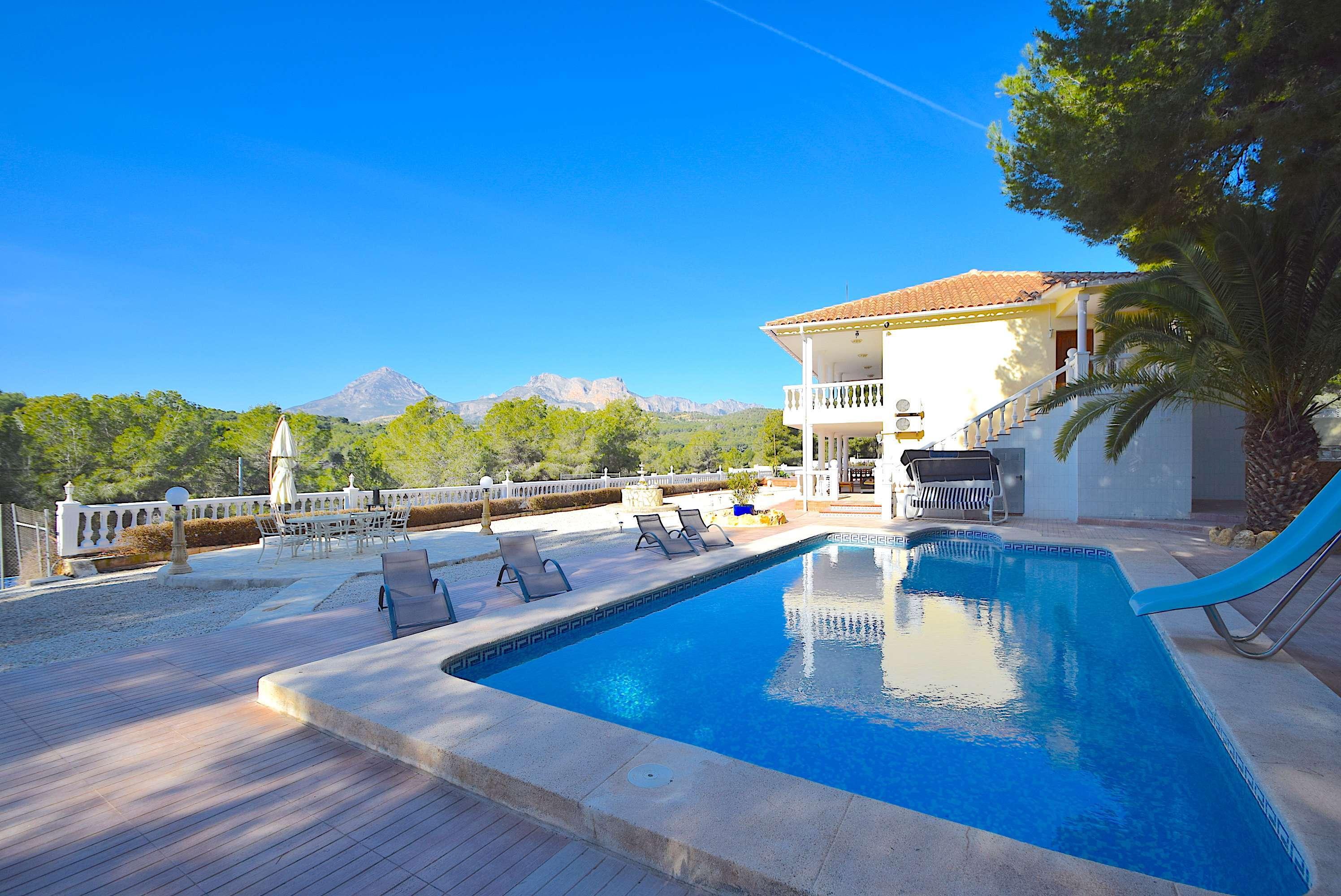 Magnifico chalet con piscina y pista de tenis en Alfaz del Pi