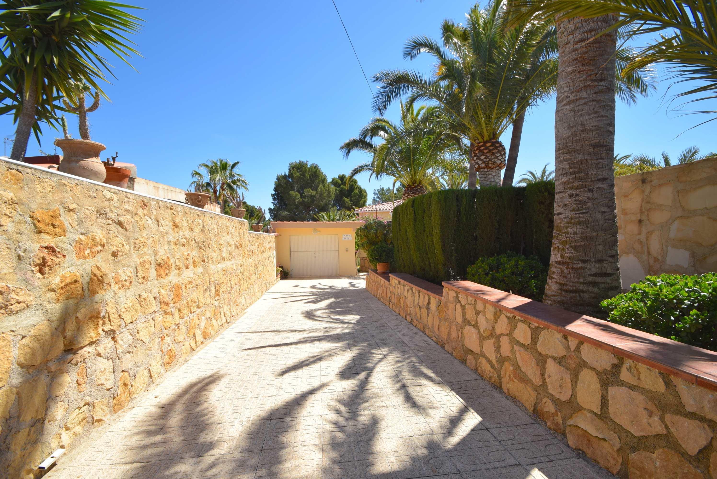 Chalet con magnifico jardin y piscina en La Nucia