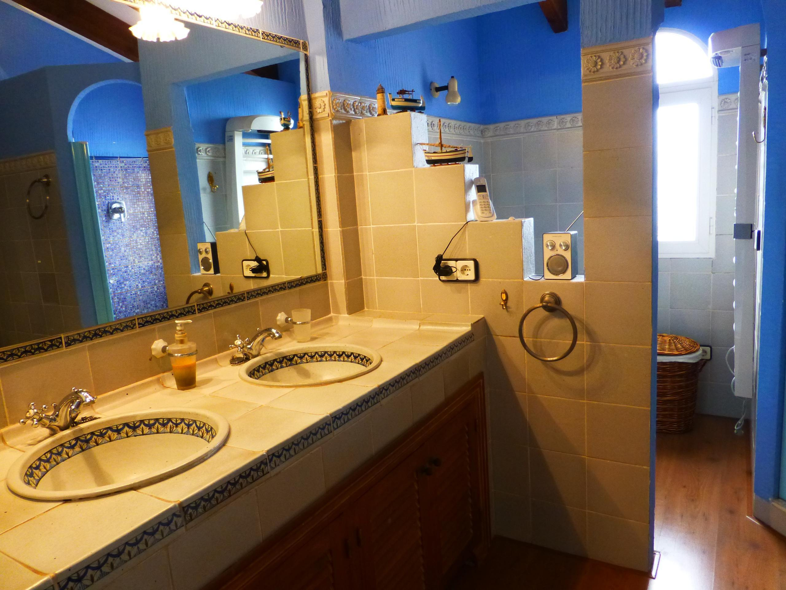 Chalet   Villa en venta en Benidorm, estilo rústico y buen estado