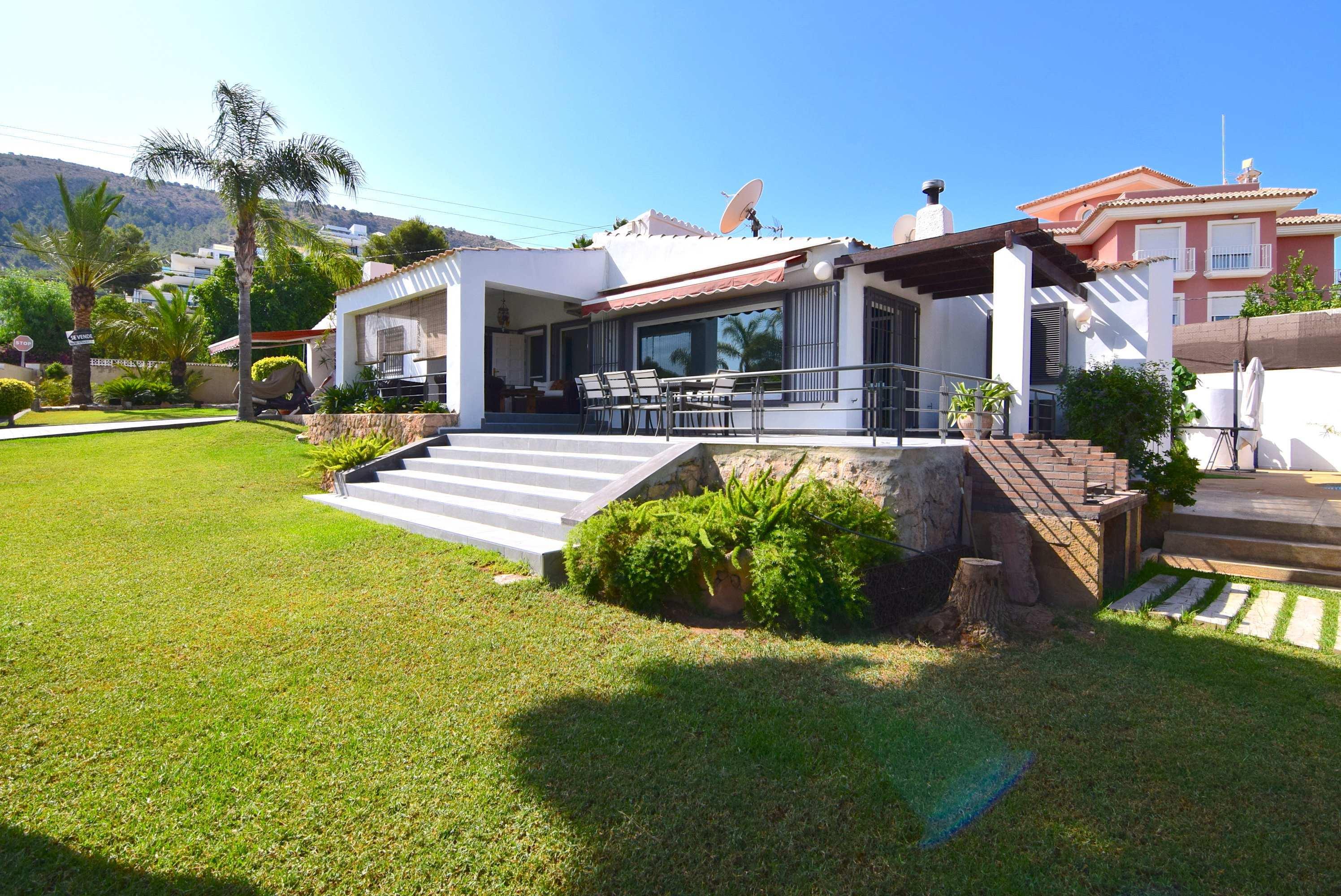 Chalet | Villa en venta en Albir, con amplio jardin con estanque