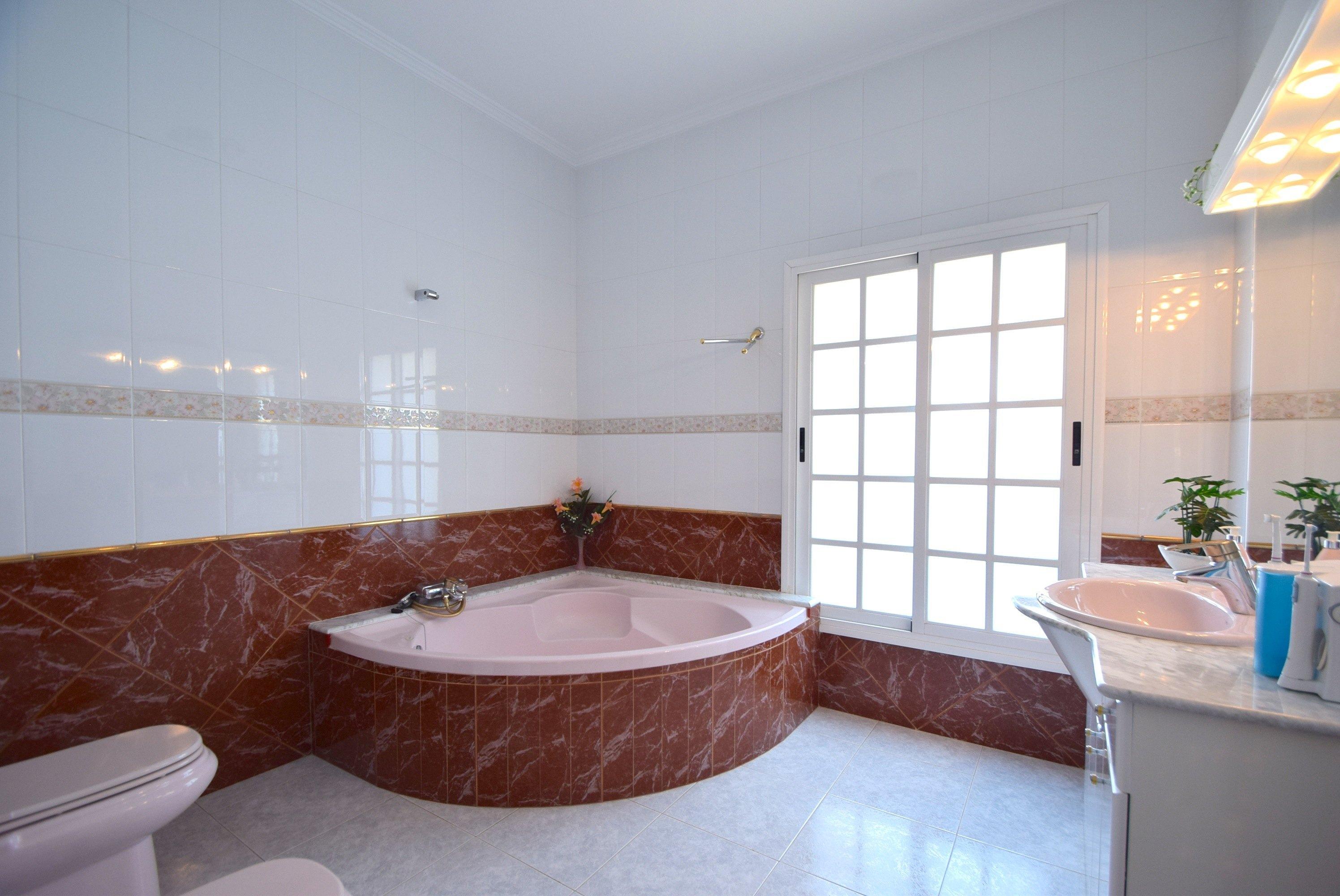 Chalet | Villa en venta en Alfaz del Pi, con amplias estancias y piscina